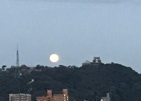 朝の中秋の名月と松山城